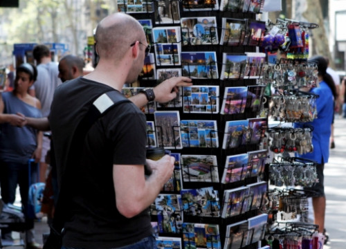 Buying postcards in Barcelona's Les Rambles (by ACN)