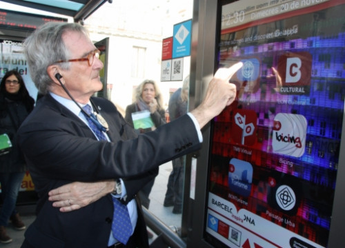 The Mayor of Barcelona, Xavier Trias, showing another another Smart City device (by J. Molina)