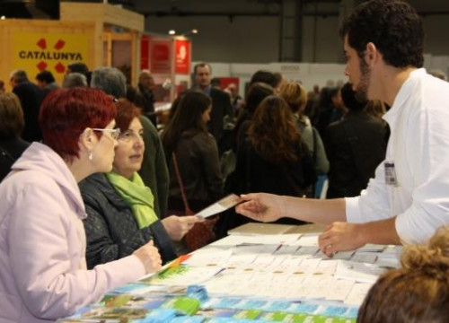 Two visitors gathering information in one of Catalonia's stands (by E. Romagosa)