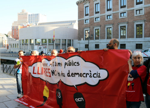 Catalan public broadcaster workers demonstrate to prostest against the takeover of Catalan public media (by José Soler)