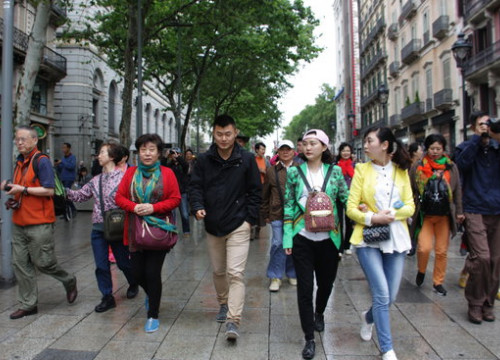 A group of tourists walking along Portal de l'Angel in Barcelona (by ACN)