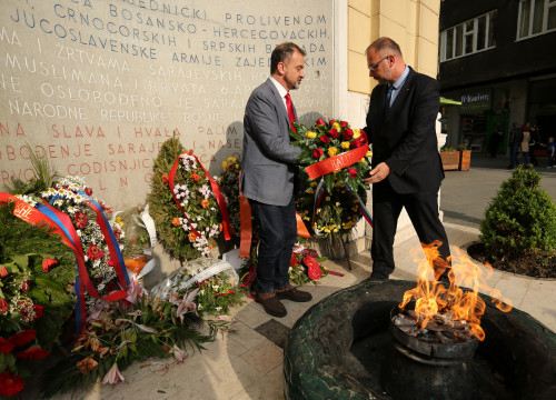 Image of the Catalan foreign minister (left), Alfred Bosch, paying tribute to the victims of fascism, and especially Catalan fotographer Jordi Pujol Puente, in Sarajevo, on May 16, 201