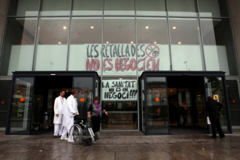 The main entrance of the new Sant Pau Hospital in Barcelona, with protest signs (by O. Campuzano)
