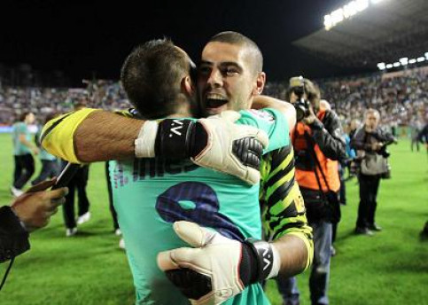 Víctor Valdés and Andrés Iniesta celebrate the title after the game against Llevant (by FC Barcelona)