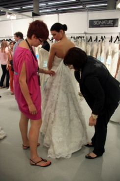 Last-minute fixing before the catwalk (by B. Cazorla)