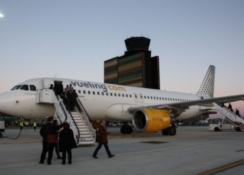 A Vueling aircraft in Lleida-Alguaire airport (by ACN)