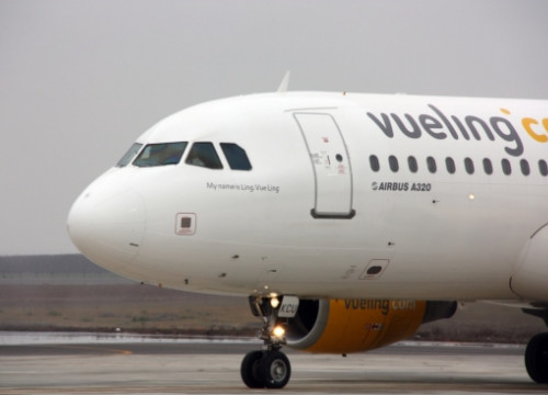 An Airbus A320 owned by Vueling (by ACN)
