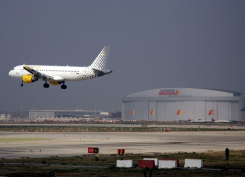 A Vueling aircraft in Barcelona El Prat Airport (by ACN)