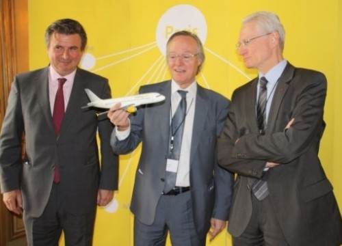 Vueling's Chairman Josep Piqué (centre) presenting the project in Paris (by J. Font)