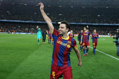 Xavi, as Barça's captain, thanks the stadium support after defeating Arsenal (by FC Barcelona)