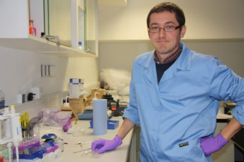 Xavier Casadevall in his lab (by L. Pous)