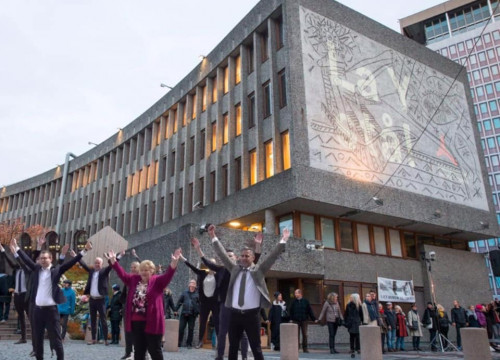 Protesters outside the Y-block building in Oslo (by Støtteaksjon for å bevare Y-blokka/Facebook)