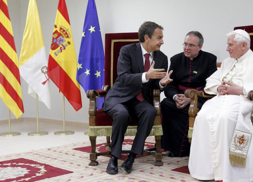 Spanish Prime Minister Zapatero and the Pope met at the airport, just before going back to Rome (by EFE / A. Ballesteros)
