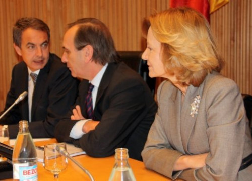 PM Zapatero (left) today with the Socialist Group's spokesperson at the Spanish Parliament and the Economic Vice President (ACN)