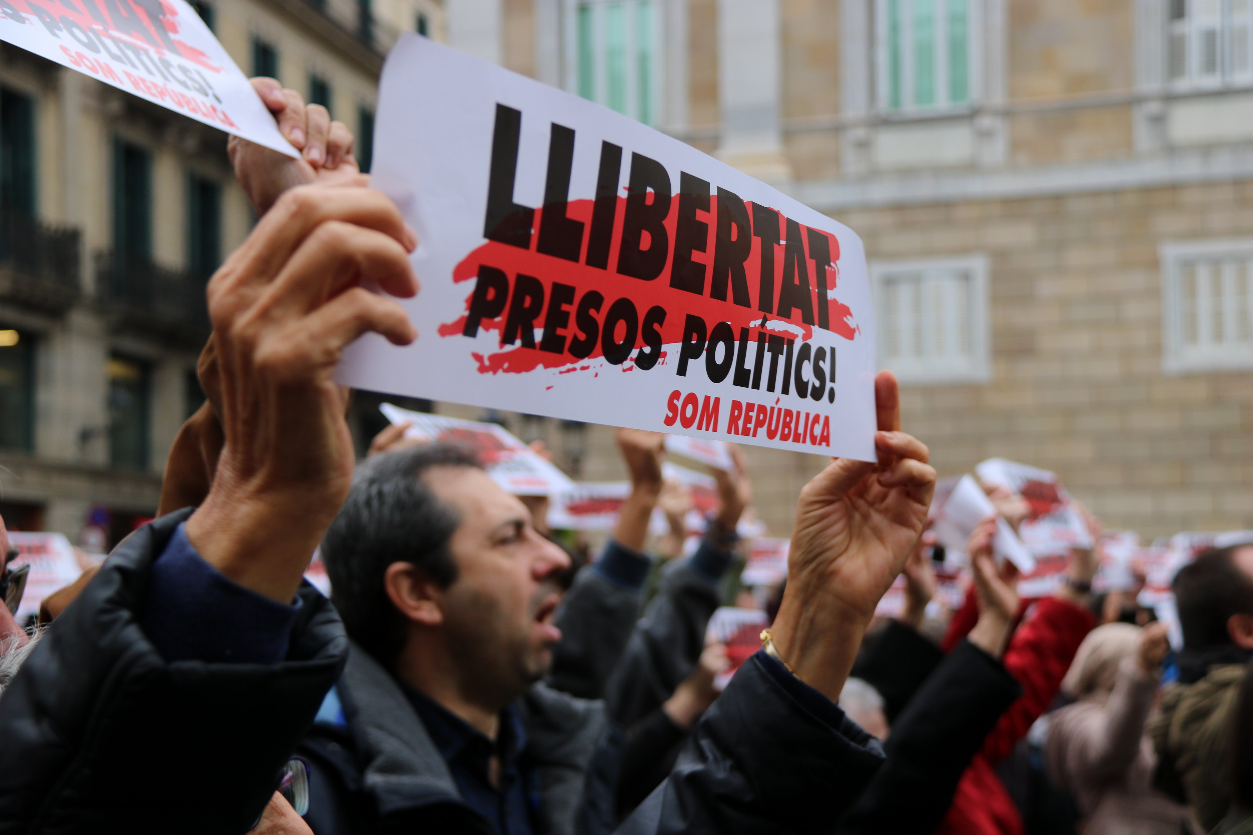 "Protesters holding ""Freedom political prisoners"" signs in Sant Jaume square in Barcelona (by Andrea Zamorano)"