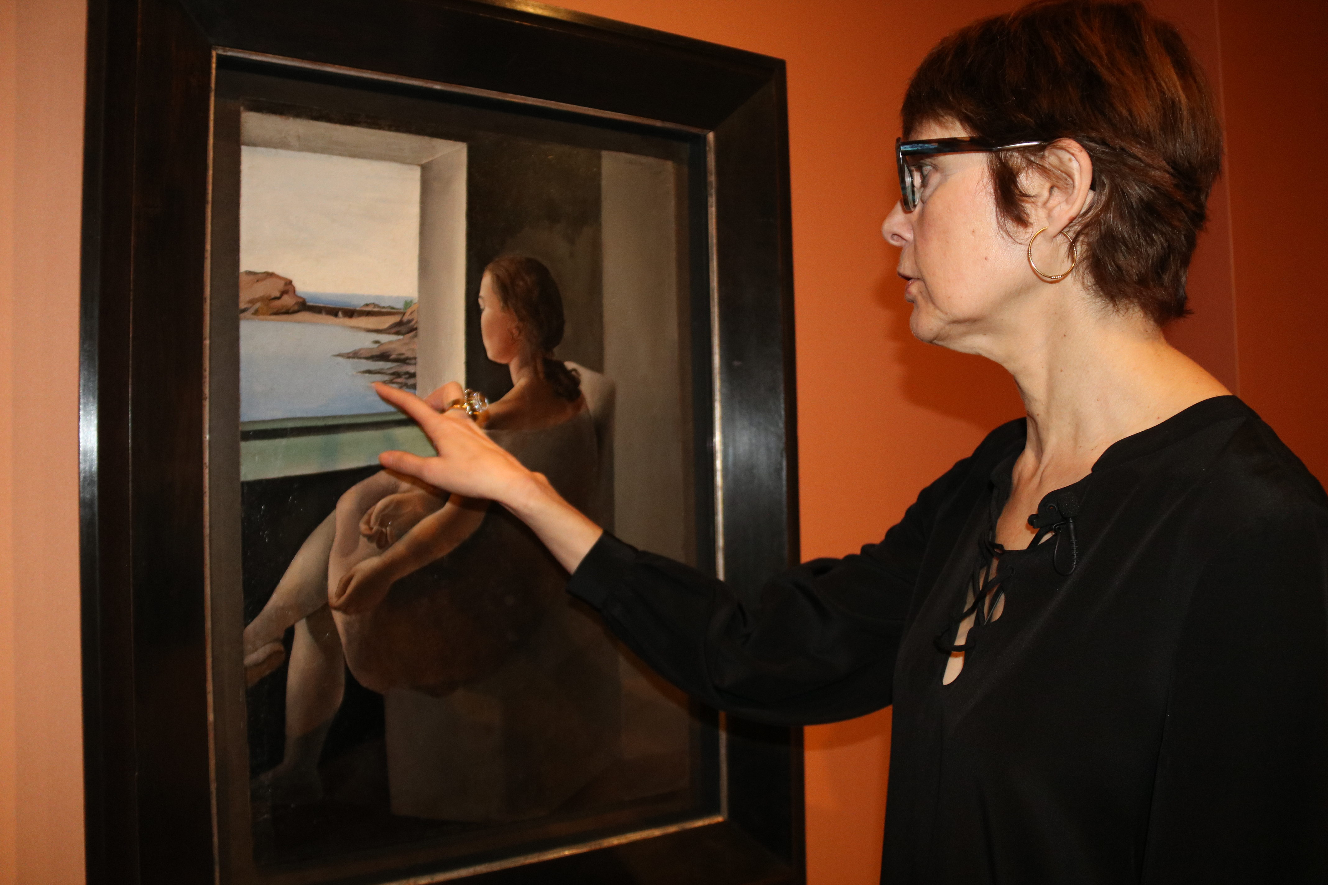 The director of Dalí Museums, Montse Aguer before the portrait 'Figure in profile' (by ACN)