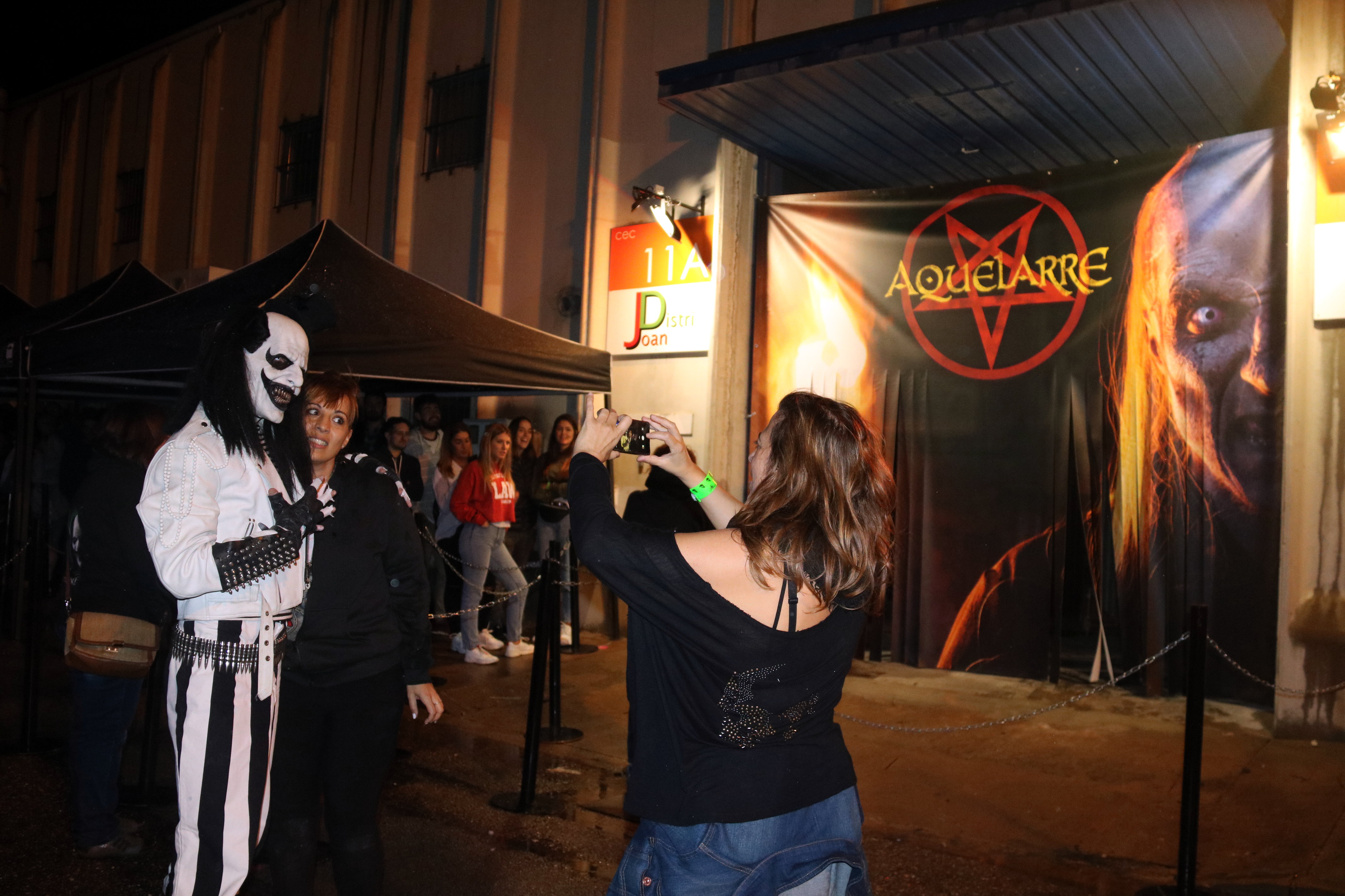 Visitors taking pictures with the mascot of Horrorland, a theme park in Cercs (by Gemma Aleman)