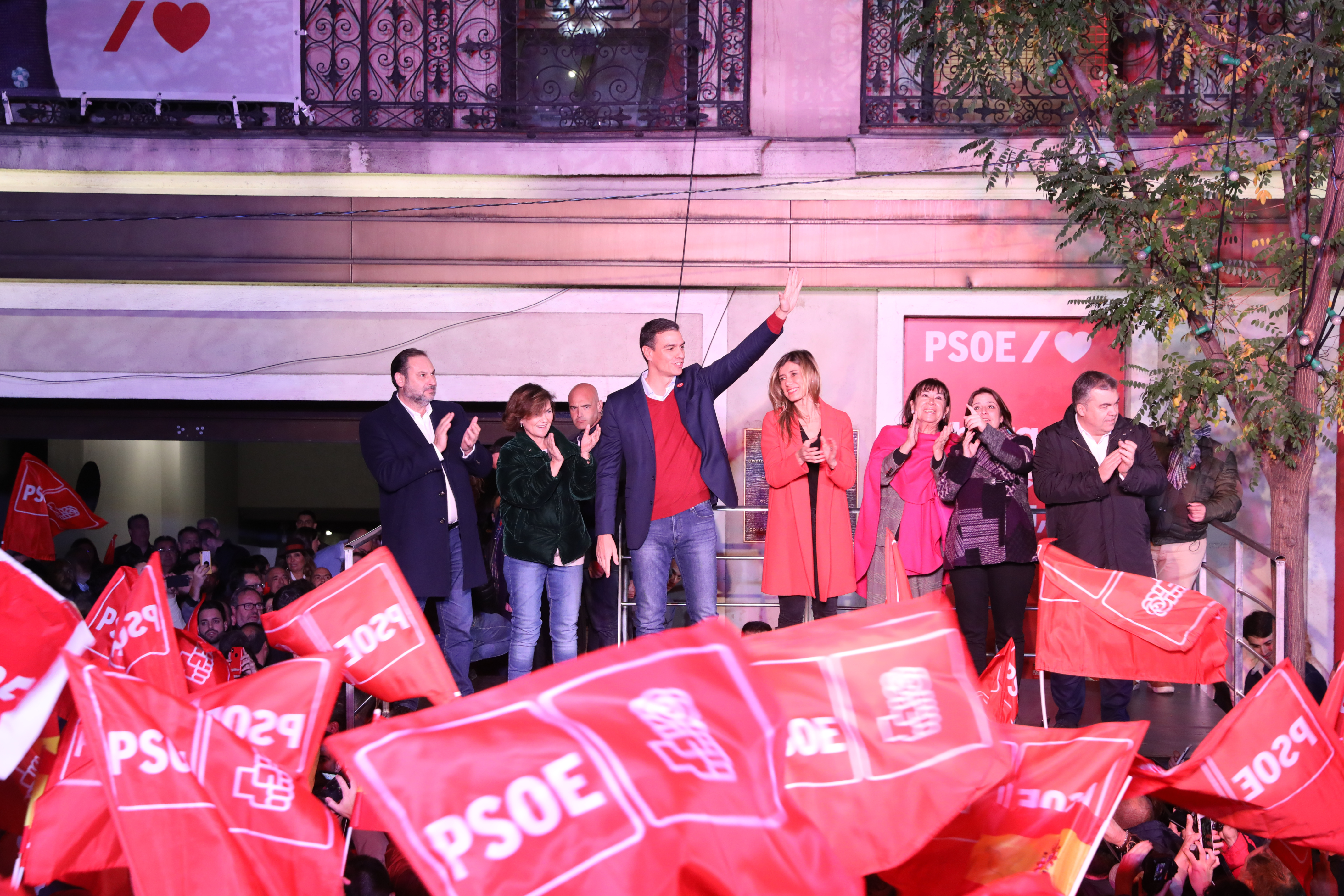Pedro Sánchez celebrates his victory in the Spanish election at the Socialist party's headquarters in Madrid (by ACN)