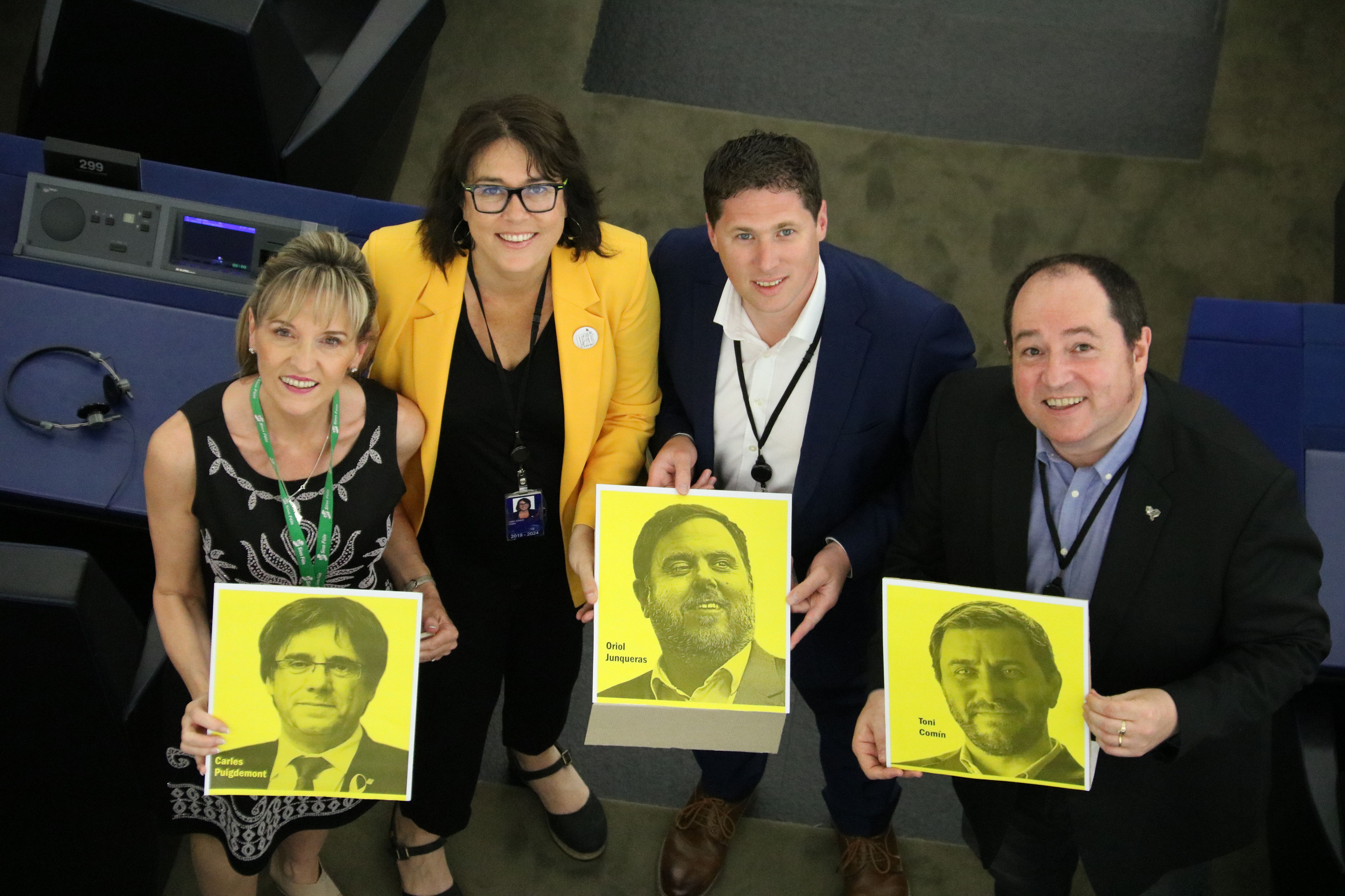 MEPs holding signs with the faces of Catalan leaders Carles Puigdemont, Oriol Junqueras, and Toni Comín (by ACN)