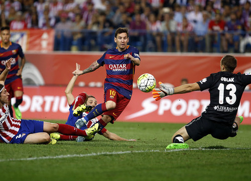 Lionel Messi flicks the ball past Jan Oblak to give FC Barcelona the lead in the 77th minute on Saturday night at the Vicente Calderón Stadium in Madrid (by FCB)
