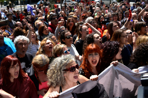 Women protesting in Pamplona following the court decision (by REUTERS/Vincent West)