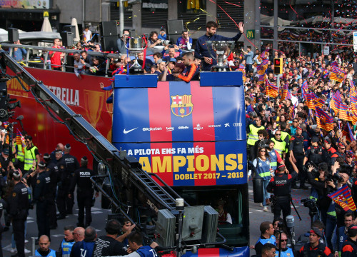 All FCBarcelona players parading in Barcelona streets (by Reuters/Albert Gea)