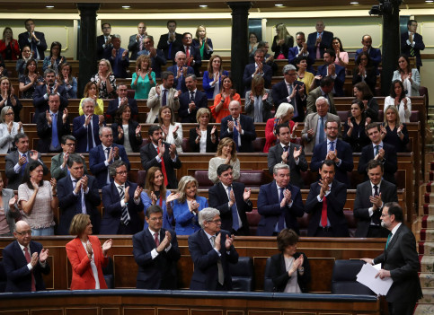 Spain's Prime Minister Mariano Rajoy is applauded by party members during a motion of no confidence debate at Parliament in Madrid (REUTERS/Sergio Perez)