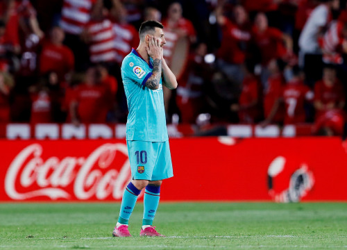 Leo Messi puts his face in his hands as Barcelona fall to a 0-2 defeat away to Granada (by Reuters/Marcelo Del Pozo)