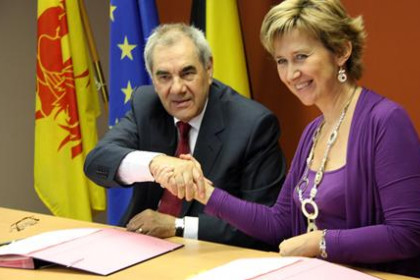 Catalan Minister fro Education, Ernest Maragall and Francophone Community's Minister for Education, Marie-Dominique Simonet sign
