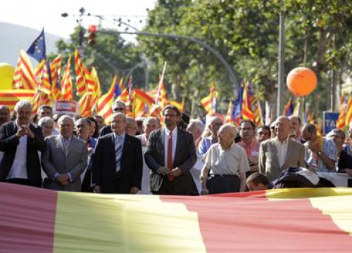 The current presidents of the Catalan Government and the Catalan Parliament (center) together with all the living former ones
