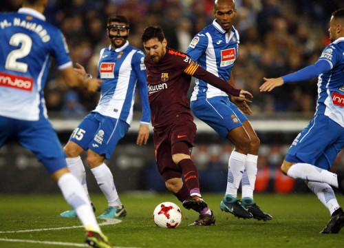 Lionel Messi in action at the RCDE Stadium (by Miguel Ruiz, FCB)