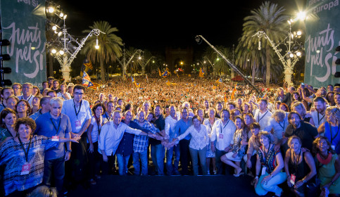 The main candidates of 'Junts pel Sí', including Catalan President Artur Mas, ERC leader Oriol Junqueras and former Green MEP Raül Romeva, on Friday's rally (by Junts pel Sí)