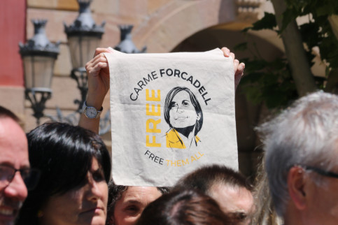 A Parliament worker holds up a bandana asking for former Speaker Forcadell to be released from prison (Bernat Vilaró/ACN)