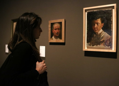 A museum-goer looks at one of the Picasso paintings now included in the MNAC collection on December 18 2018 (by Pau Cortina)