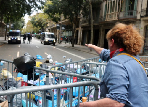 A woman throws a trash bag as part of the 'Pícnic per la República' protest near Spanish government offices in Barcelona (by Miquel Codolar)