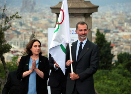 Ada Colau and the King of Spain with the olympic flag in July 2017 (by Àlex Recolons)