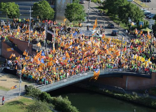 Aerial view of protest in front of European Parliament building (Natàlia Segura/ACN)