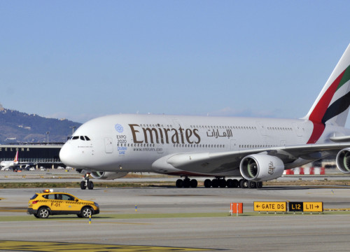 Image of a plane from Emirates Airlines in Barcelona El Prat Airport (by ACN)