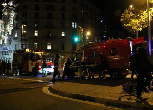 An ambulance and firefighters treat an injured protester on Barcelona's Passeig de Gràcia on October 17, 2019 (by Pau Cortina)