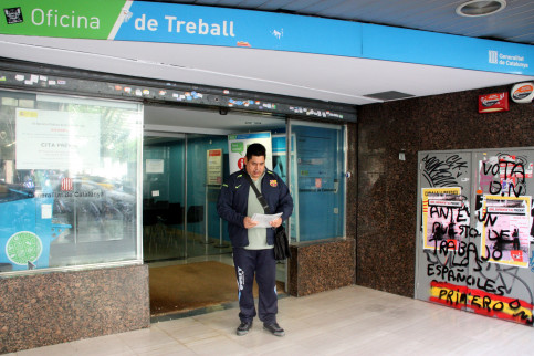 A man outside one of Catalonia's job centre (by ACN)