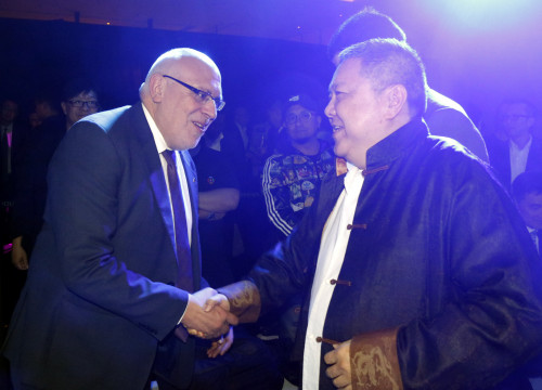 Catalan Minister for Business and Knowledge, Jordi Baiget, shakes hands with Thunder Power's CEO Wellen Sham (by ACN)