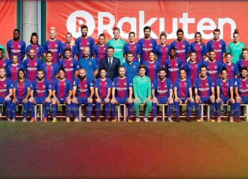 Barça's men and women pose together for a club photo
