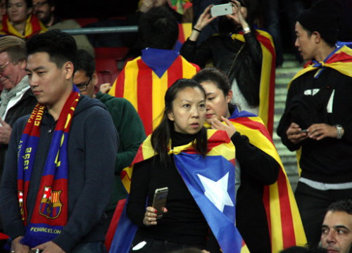 Asian tourists decked with 'Estelades' during Barça's Champions League match against Bate Borisov at the Camp Nou on the 4th of November 2015 (by ACN)
