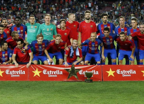 Barça squad with the Joan Gamer trophy at Camp Nou (by FCB)