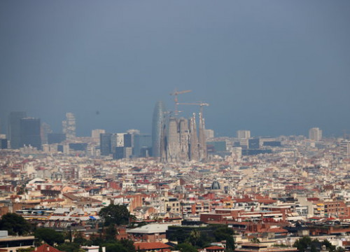 Barcelona's Sagrada Família surrounded by smog on July 1, 2019 (Nazaret Romero/ACN)