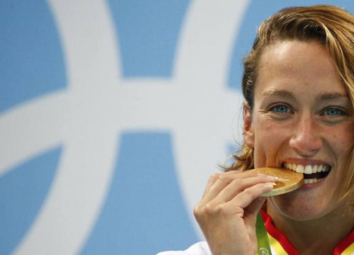 Catalan swimmer Mireia Belmonte beating her gold medal in 200 m butterfly at Rio Olympics (by David Gray / Reuters)