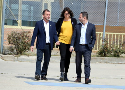 Benoit Hamon (right) arrives at prison accompanied by Catalonia's foreign minister and Raul Romeva's wife (by ACN)