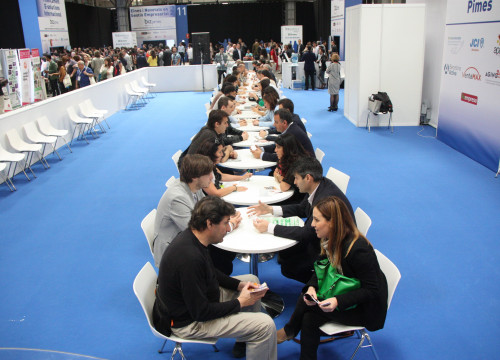 Conversations between entrepreneurs at BizBarcelona Business Fair (by ACN)