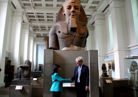 Elisa Durán, from 'la Caixa' Banking Foundation, and Sir Richard Lambert, from the British Museum (by ACN)