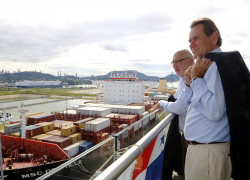 The Minister for Business and Knowledge, Jordi Baiget, and the president of the Port of Barcelona, Sixte Cambra, watching a ship passing through the Panama Canal (by ACN)